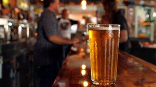 Barra con cerveza