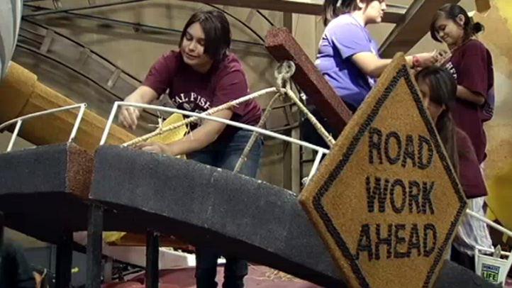 rose-parade-float-workers