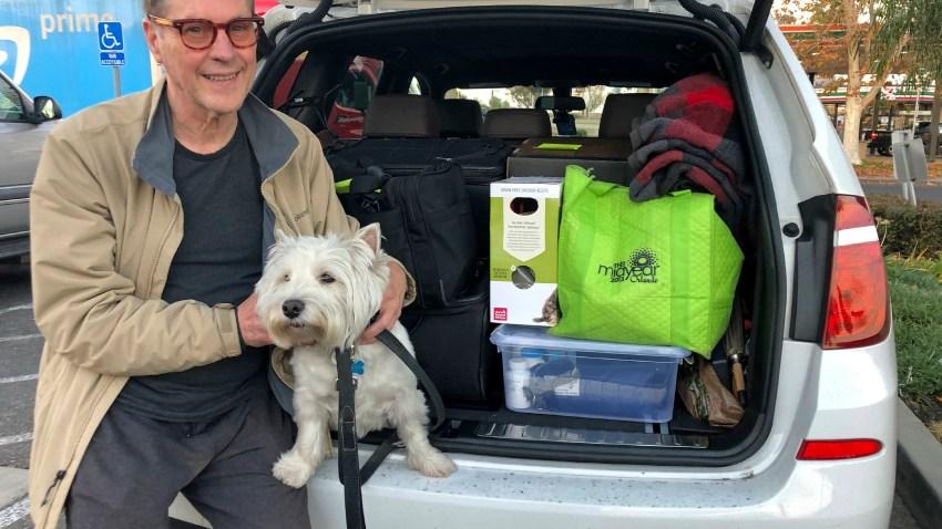 2020年12月15日星期二,68岁的马特-弗林齐(Matt Frinzi)在加利福尼亚州西萨克拉门托与他的狗Whitey和他那辆装满物品的汽车合影。普林齐已经在加州生活了25年。但周二他正式搬到了内华达州的里诺。他说,他在加州的生活质量已经恶化了很多,所以他想离开。(photo:NBCLA)