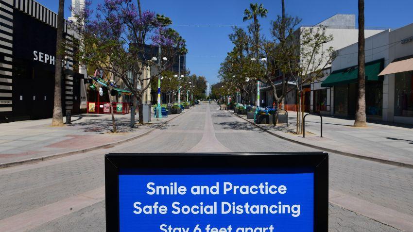 2020年5月8日,在加州圣莫尼卡第三街长廊,一块牌子提醒公众注意社交距离规则。(photo:NBCLA)