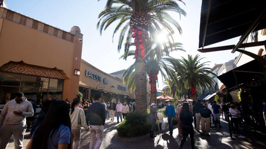 文件图片。在冠状病毒大流行期间,购物者于2020年11月28日星期六在加利福尼亚州商业的Citadel Outlets行走。(Francine Orr / Los Angeles Times via Getty Images)。(photo:NBCLA)
