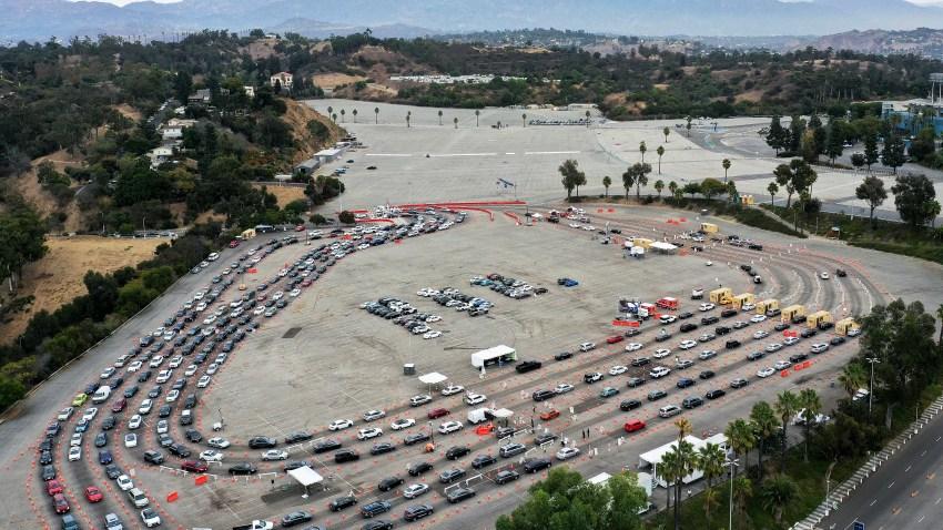 加州洛杉矶--12月07日:在无人机的鸟瞰图中,2020年12月7日,在加州洛杉矶,车辆排队进入道奇体育场的COVID-19测试场,这是新的留守订单的第一天。根据州政府的命令,加州3300万居民进入区域性停工状态,试图遏制冠状病毒的传播,因为加州大部分地区的ICU容量已经降至15%以下。理发店、美发和美甲沙龙、博物馆、动物园、电影院都已关闭,而餐馆只开放外卖或外送。(Photo by Mario Tama/Getty Images)(photo:NBCLA)