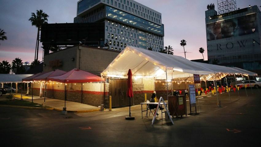 加利福尼亚州洛杉矶--12月07日:2020年12月7日,在加州洛杉矶,一个曾用于Denny's户外餐厅用餐的帐篷区在新的留宿订单首日空空如也。(图片:Mario Tama/Getty Images)(photo:NBCLA)