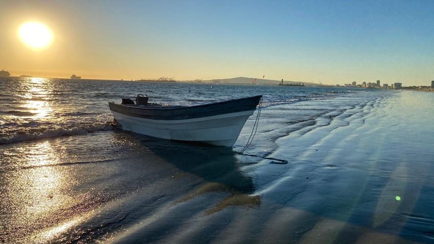一艘载有21名成年人和两名未成年人的渔船。(photo:NBCLA)