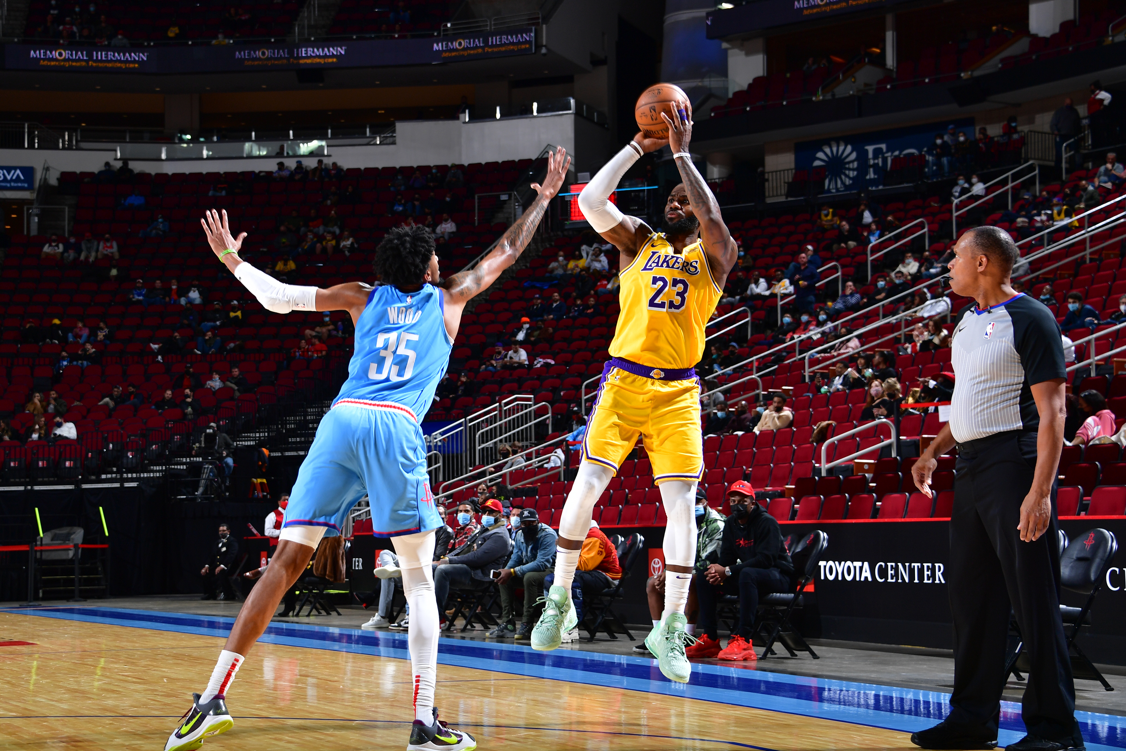 LeBron James Scores 26 as Lakers Roll Over Rockets 117-100