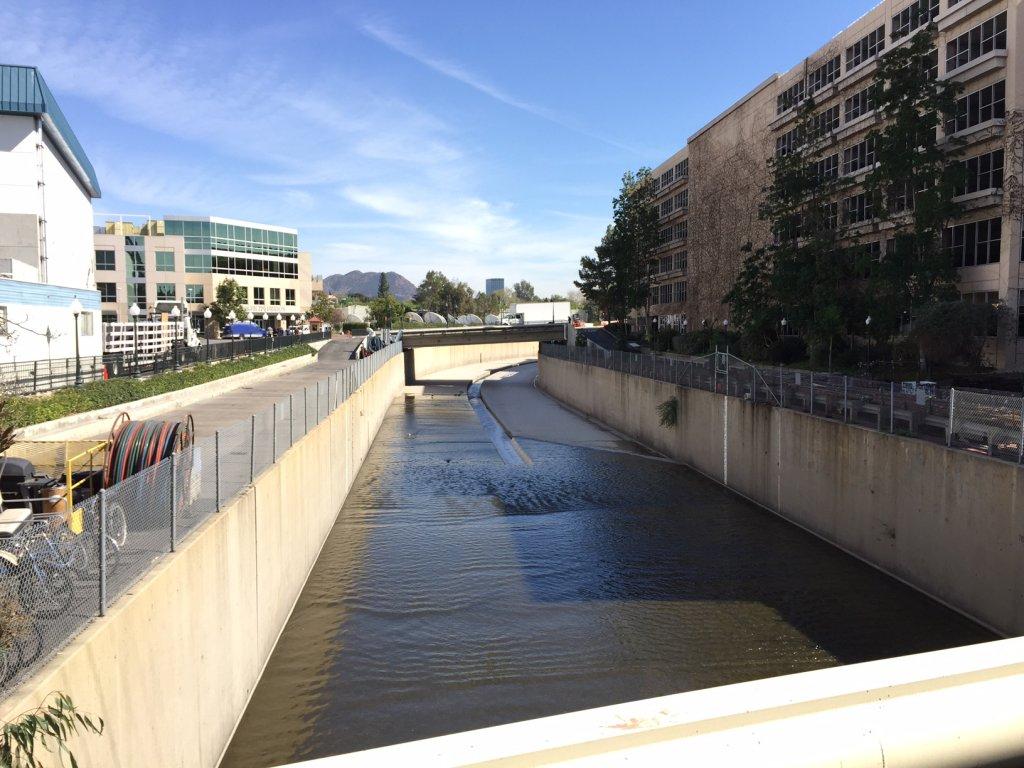 Una vista del río Los Ángeles en la actualidad. Las paredes ahora son perpendiculares, en lugar de inclinadas, y el canal ha sido modificado ligeramente. El río recibe el Tujunga Wash un poco más allá de la curva en la distancia.