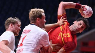 Spain scores a 28-27 win over Norway in handball group play