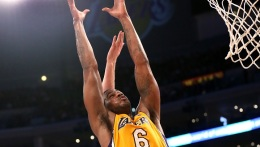 Earl Clark Helps Lakers Beat Hornets