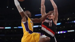 Kobe's Lakers Survive Howard Injury Scare And Beat Blazers