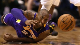 Kobe Bryant Amazes As Lakers Win Against Mavericks