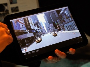Can Motorola's $800 Xoom Take on the iPad?