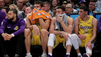 Lakers Hold Team Meeting, Walton Explains Randle's Minutes