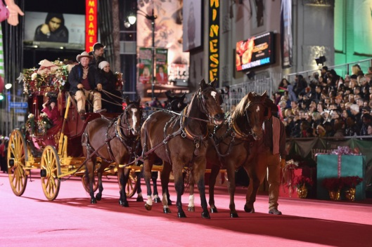 Travel Tips to Enjoy the Hollywood Christmas Parade<br />