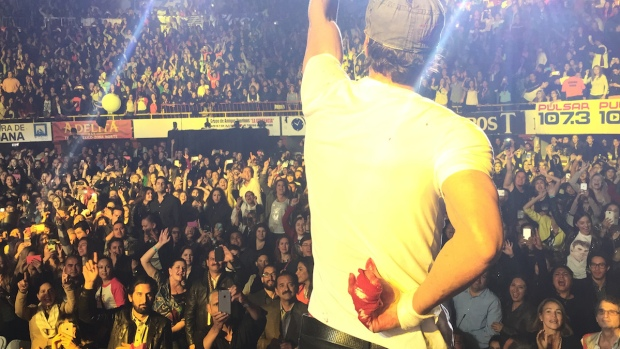 [NATL] Enrique Iglesias Slices Finger During Concert