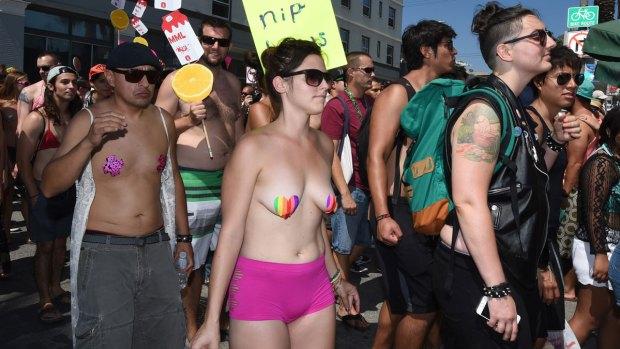 [NATL] Bare-Chested Protesters Take to Venice Boardwalk