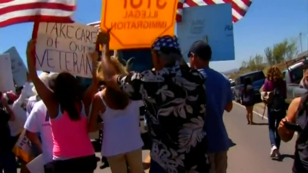 [DGO]RAW: Angry Protests Greet Bus of Immigrants