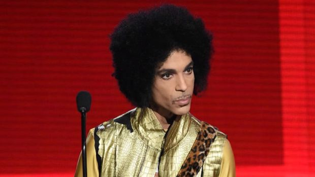 [NATL] Mourning Fans Adorn Prince's Home with Purple Flowers, Balloons