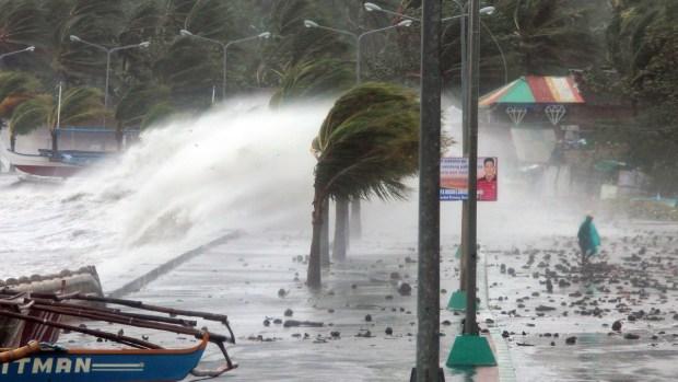 [AP] Raw Video: Typhoon Slams Philippines