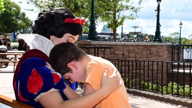 [NATL] Snow White Soothes Boy With Autism at Epcot