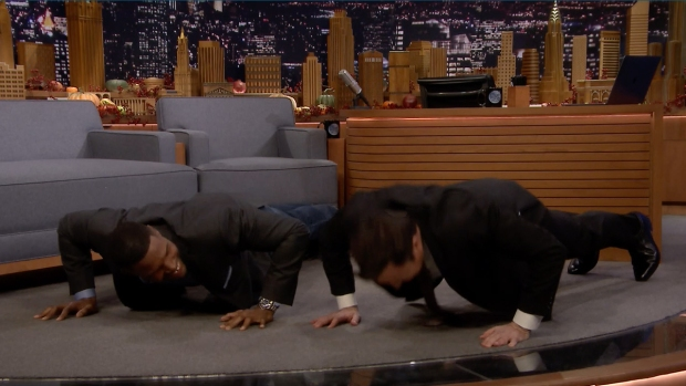 [NATL] 'Tonight': Strahan Challenges Fallon to 25 Push-Ups for Veterans