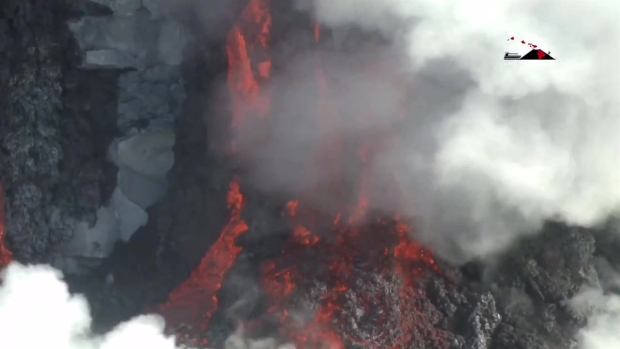 [LA] Lava Flows Into Waters Off Hawaii