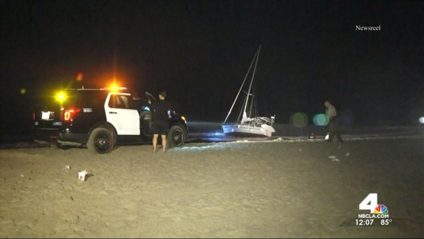 [LA] Boat Remains on Venice Beach After Washing Ashore