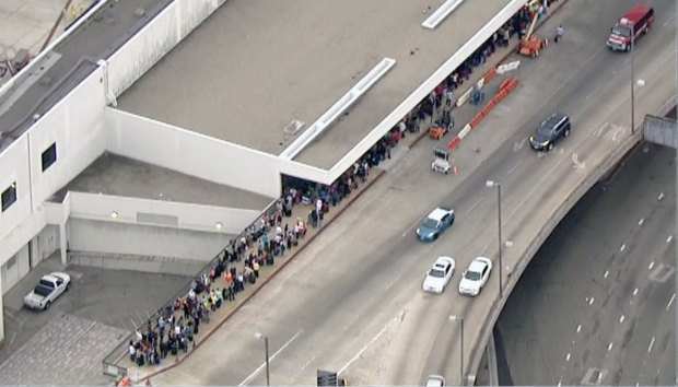[LA GALLERY] LAX Travelers in Line During United Airlines Ground Stop