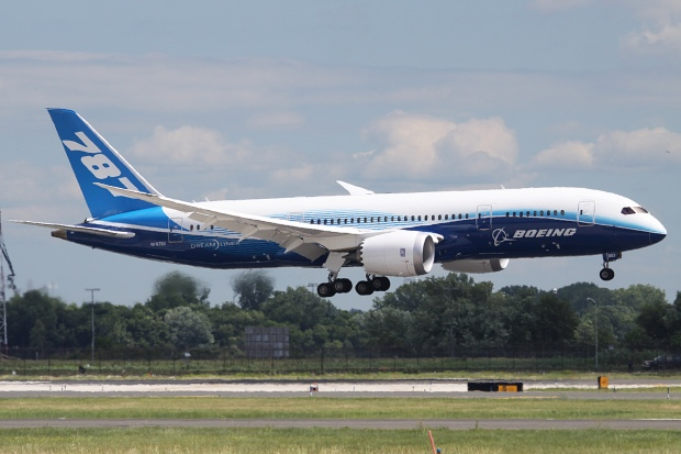 Boeing 787 Dreamliner Lands in Philly