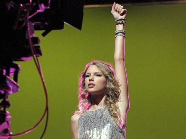 "[NBCAH] Taylor Swift Struts Her Stuff for ""Hero"" Shoot"