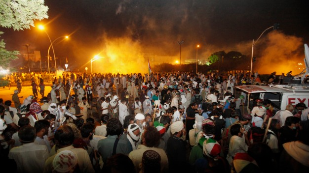 Hundreds Hurt as Police, Protesters Clash in Pakistan