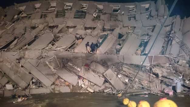 Strong Quake Hits Taiwan, Many Trapped in Toppled Building