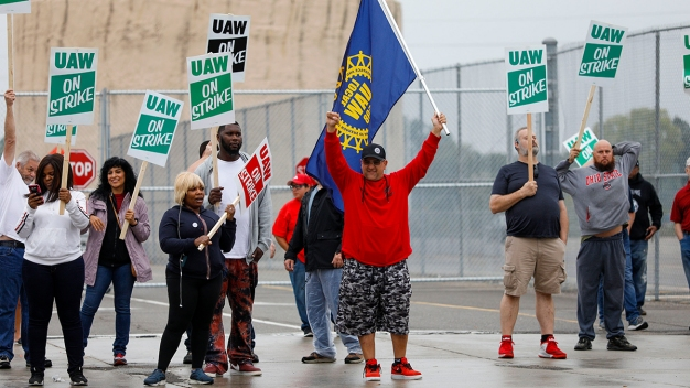 UAW Strike Puts Trump, GOP in Political Bind in Key States