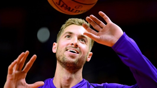 Lakers Sign Travis Wear For Rest of Season