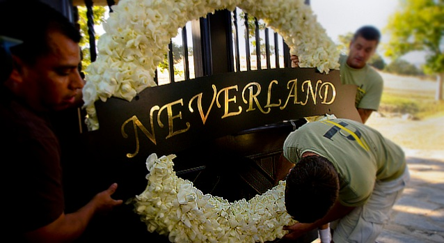 [NEWSC] Mourning Fans Gather at Neverland