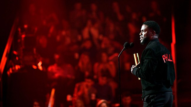 Kevin Hart Makes First Official Appearance Since Car Crash at 2019 People's Choice Awards