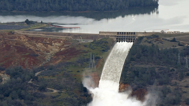Officials to Stop California Dam Outflow to Clear Debris