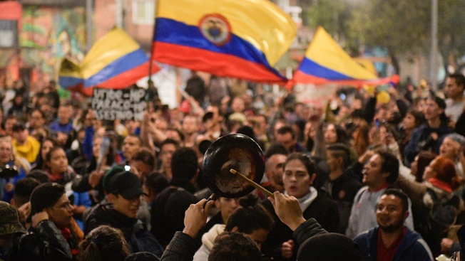 Colombians Continue Protest, Banging Pots and Pans at Night