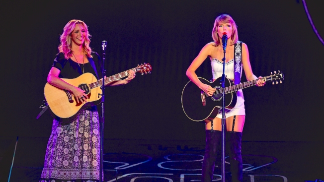 Taylor Swift and Lisa Kudrow Perform 'Smelly Cat' From 'Friends'