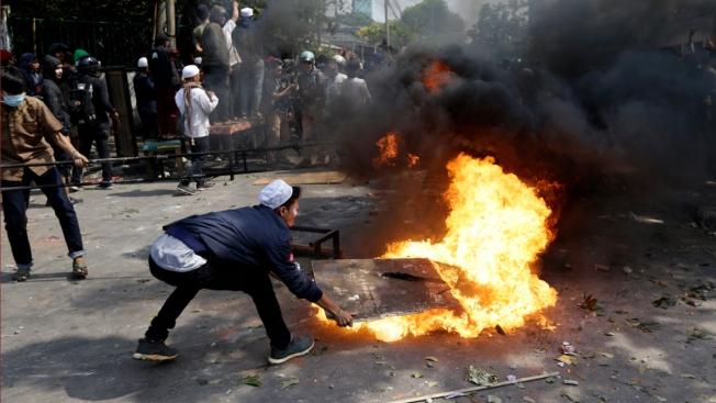6 Dead in Indonesia Riots, Government Restricts Social Media