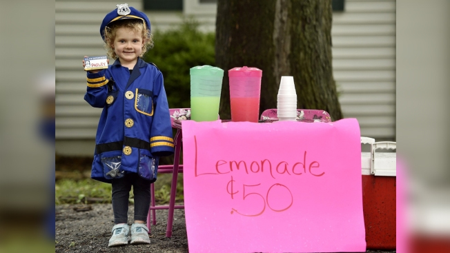 Lemonade Stand of Girl Who Dreams of Being a Cop Booms Thanks to Dozens of Officers
