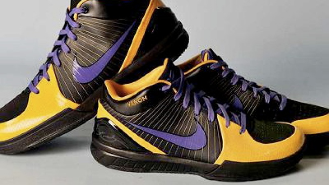 Kobe Bryant Debuts New Kicks Against Bulls