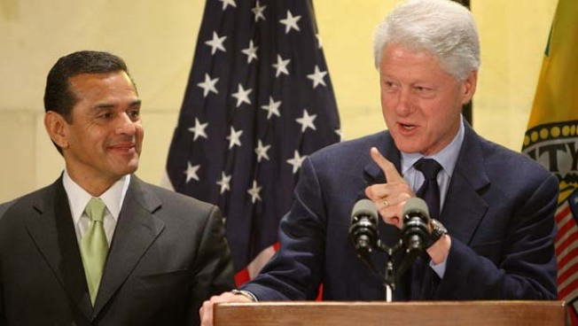 Clinton Hails L.A.'s shift to LED Street Lights
