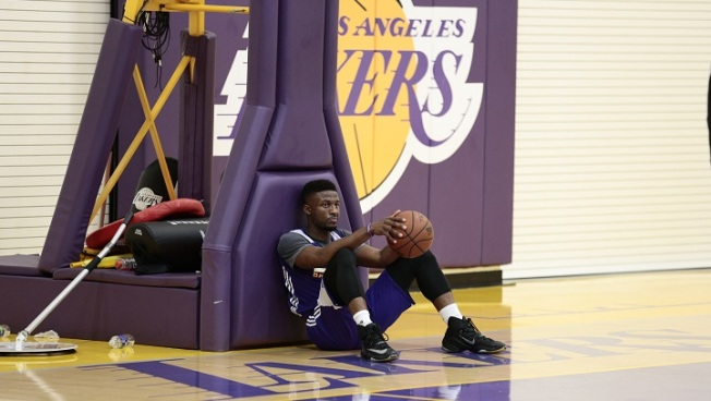 Los Angeles Lakers signing David Nwaba to two-year deal
