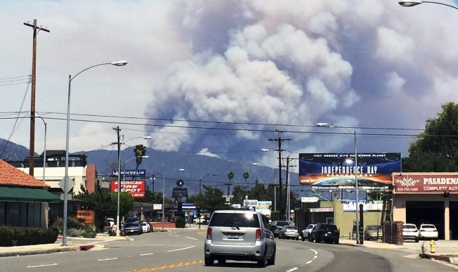 [LA GALLERY] Wildfires Burn Above San Gabriel Valley Homes
