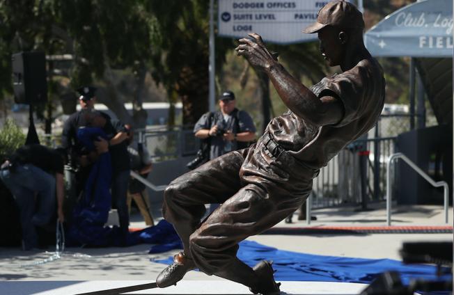 Dodgers Unveil Jackie Robinson Statue