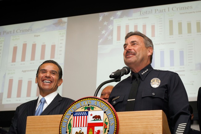 LAPD chief announces early retirement