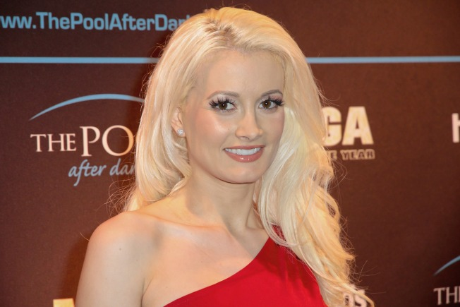 "Holly Madison Quits ""Peepshow"" to Be a Mom"