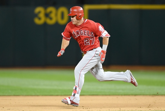 Trout's HR, Simmons' crazy tag lead Angels past Mariners 5-4