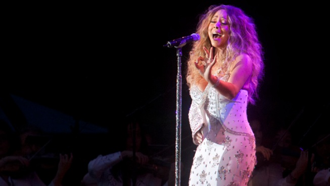 Injured Mariah Carey Performs at MLB-Sandy Show