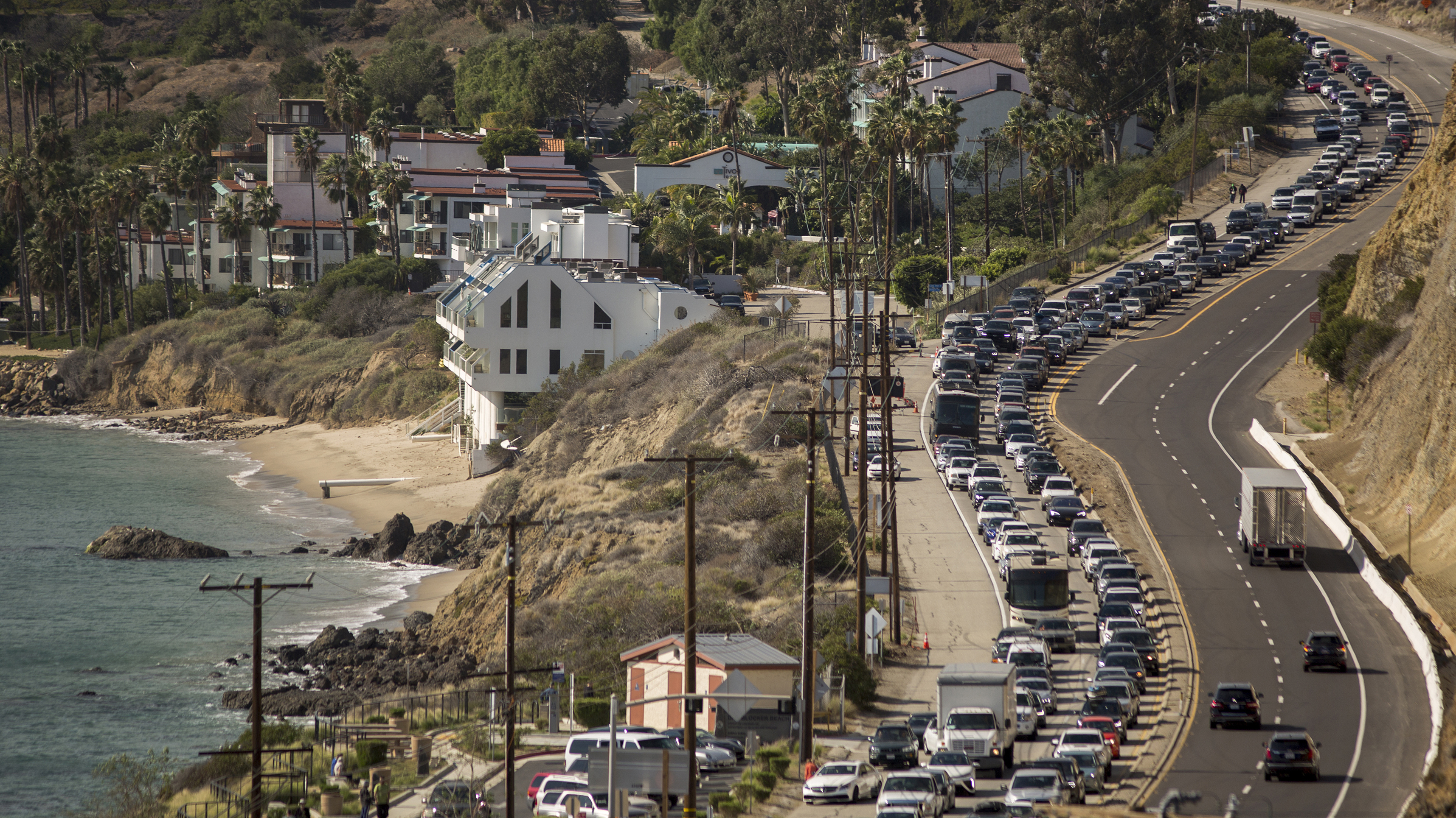 MALIBU, CA - NOVEMBER 09: Traffic jams the southbound lanes of Pacific Coast Highway as all of the city of Malibu is evacuated to flee advancing flames during the Woolsey Fire on November 9, 2018 in Malibu, California. About 75,000 homes have been evacuated in Los Angeles and Ventura counties due to two fires in the region. (Photo by David McNew/Getty Images)